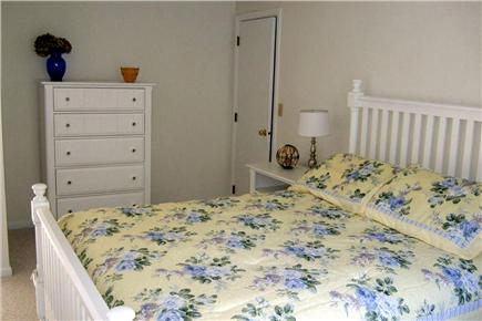 New Seabury, Mashpee New Seabury vacation rental - Yellow room with queen bed