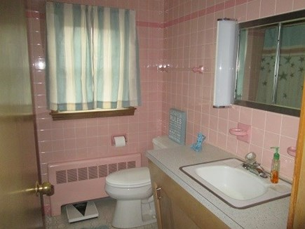 Wellfleet Cape Cod vacation rental - Full bath with tub