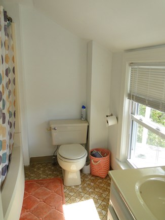 Bourne, Buzzards Bay Cape Cod vacation rental - Upstairs bathroom with tub