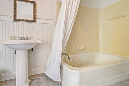 Barnstable, Cotuit Cape Cod vacation rental - Lounge in the warm bathtub