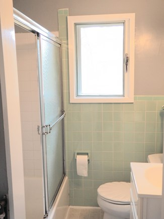 Indian Neck, Wellfleet Cape Cod vacation rental - The full bath with tub.