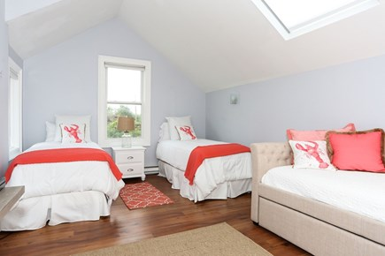 Yarmouthport/ barnstable Cape Cod vacation rental - 2 twins, Linen Daybed, 2 more twins
