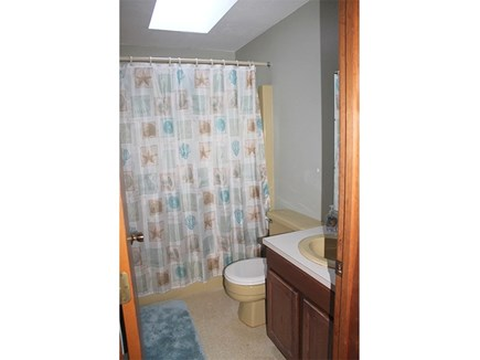 Eastham, 3961 - Thumpertown Cape Cod vacation rental - Upstairs full bathroom with tub