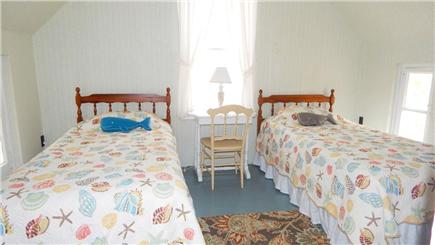 Oak Bluffs Martha's Vineyard vacation rental - Cheery Twin Bedroom with Airconditioning