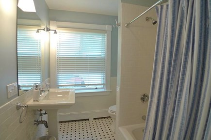 Oak Bluffs Martha's Vineyard vacation rental - 2nd Full Bath Combo