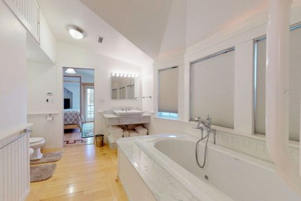 Edgartown Martha's Vineyard vacation rental - Jacuzzi tub in jack n jill bathroom between the Queen beds.
