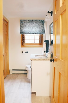 Oak Bluffs, Meadow View Farms Martha's Vineyard vacation rental - Powder room on first floor