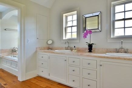 Madaket, Cliff Nantucket vacation rental - Master bathroom (jacuzzi bath, shower, separate loo)