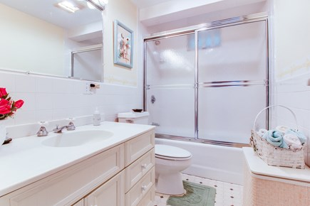 Nantucket town, Nantucket Nantucket vacation rental - Large full bathroom offers plenty of space
