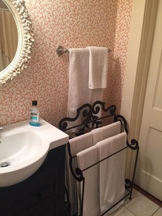 Brant Point Nantucket vacation rental - Shared Full Bath between Queen & Twin Bedroom