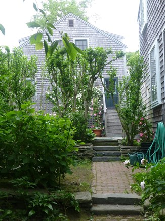 Nantucket town, In Town Nantucket vacation rental - West garden path up to the kitchen terrace & cottage