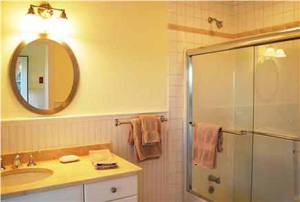 Quidnet Nantucket vacation rental - 2 large baths